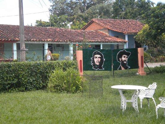 Casa Papo y Niulvys: Road in front of Casa