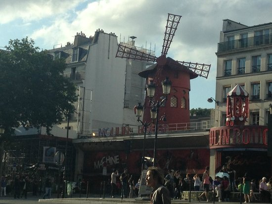 Mercure Paris Montmartre Sacre Coeur: Moulin Rouge, 5 minute walk from hotel
