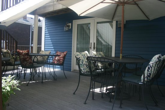 Northey Street House Bed and Breakfast: Alfresco Deck dining overlooking garden