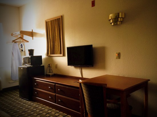 Econo Lodge Inn & Suites: Fridge, Microwave & Flat Panel TV