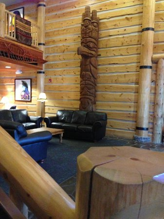 Heathman Lodge: Totem Pole in Lobby