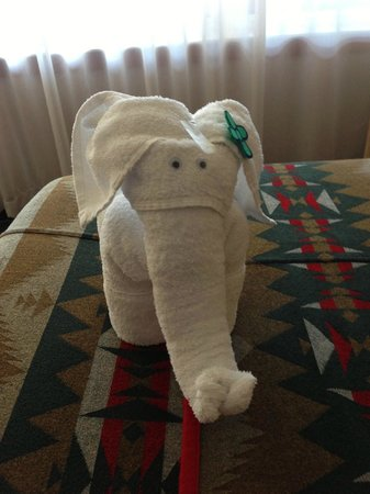 Heathman Lodge: Cute towel elephant waiting for us in the Family Suite
