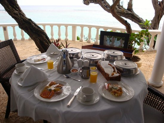 Jamaica Inn: Breakfast spread on the veranda
