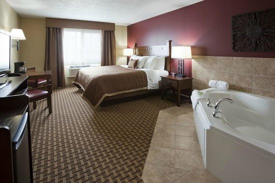 GrandStay Hotel & Suites Luverne: King Jacuzzi Suite - Relax in Style with Flat Screen TV and Cable