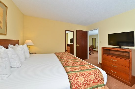 Best Western Lawrenceburg Inn : Enjoy a little extra room in our Suites featuring a living/dining area and separate King bedroom