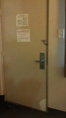 Ramada West Atlantic City: Be sure to bolt the door.