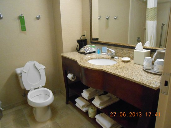 Hampton Inn & Suites Plymouth: Spacious bathroom