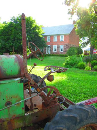 Mary-Penn Bed & Breakfast: Tractor