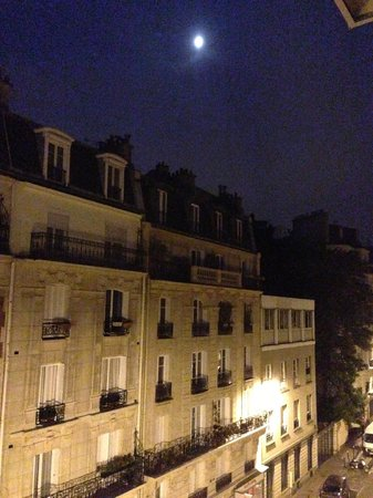 Holiday Inn Paris Montmartre: the hotel area at night