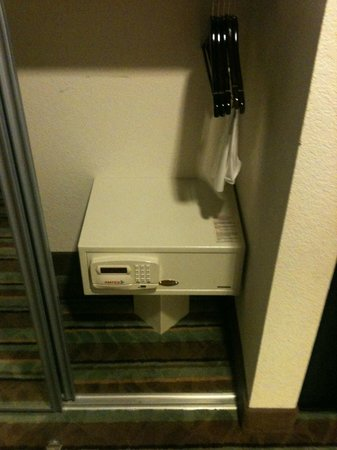 BEST WESTERN PLUS Chain of Lakes Inn & Suites: in room safe