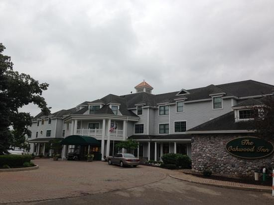 Syracuse, IN: Oakwood Inn front drive and entrance