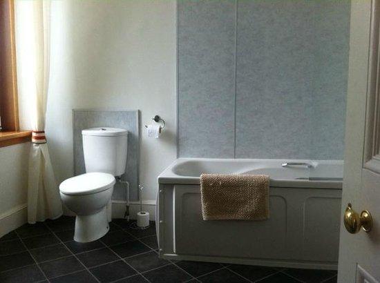 Ugie House Hotel: Big bathroom