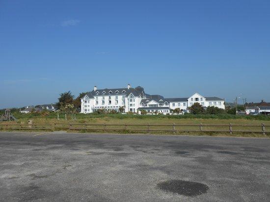 Garryvoe Hotel: Hotel from Beach