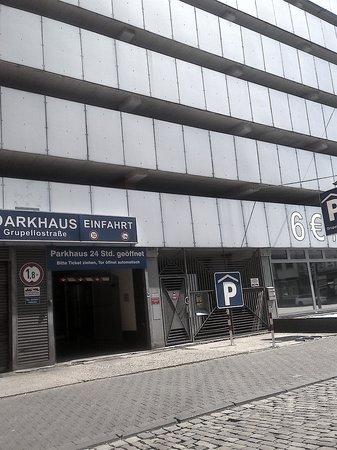 """Novum Hotel Plaza Düsseldorf Zentrum: Parking publico, viejo, sucio, inseguro y """"de otra empresa sin relacion con el hotel"""""""