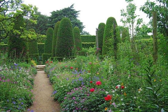 Hidcote Manor Garden: Pillar Garden