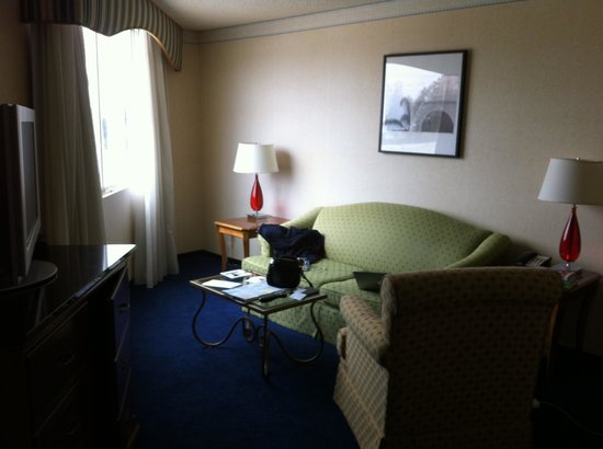 Ventura Beach Marriott: Sitting room in room 4035