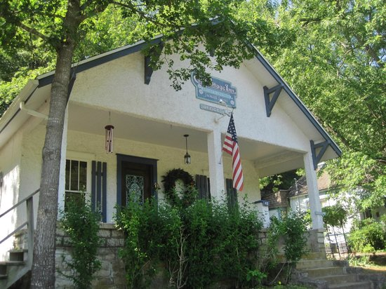Cliff Cottage Inn - Luxury B&B Suites & Historic Cottages: Outside of our cottage