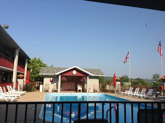 Branson Yellow Rose Inn and Suites: Great view from our poolside room
