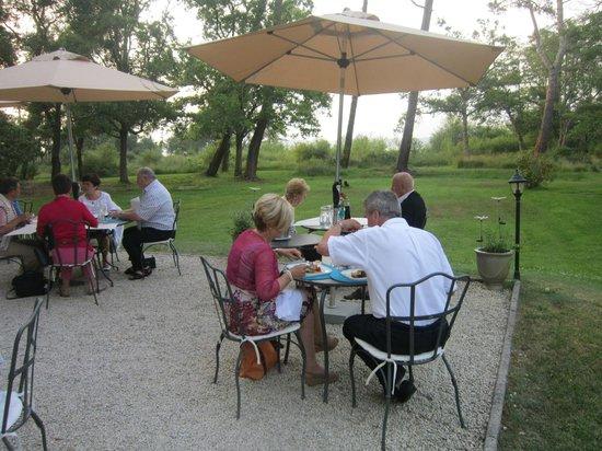 Villa de L'Etang Blanc : La terrasse, idyllique les soirs d'été
