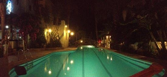 Apartments Minoa: by the pool at night