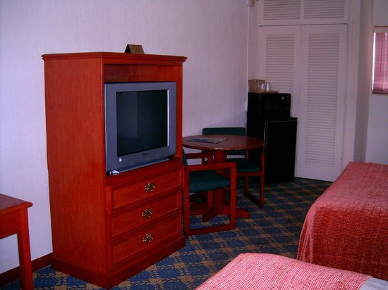 Budget Inn Okeechobee: TV and Refrig and Microwave.