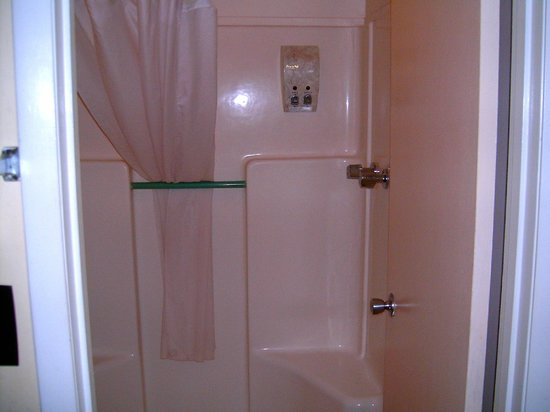 Budget Inn Okeechobee: Bathroom in Queen Room