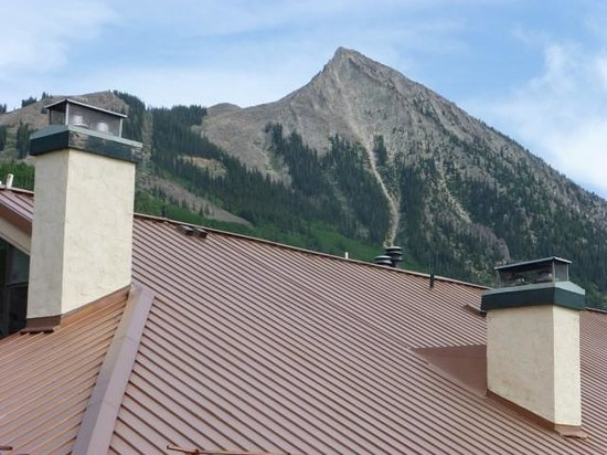 The Elevation Hotel & Spa: Viiew of the Crested Butte peak over the roof of a neighobhoring building.