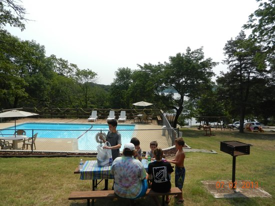 Lunker Landing Resort: picnic and pool area