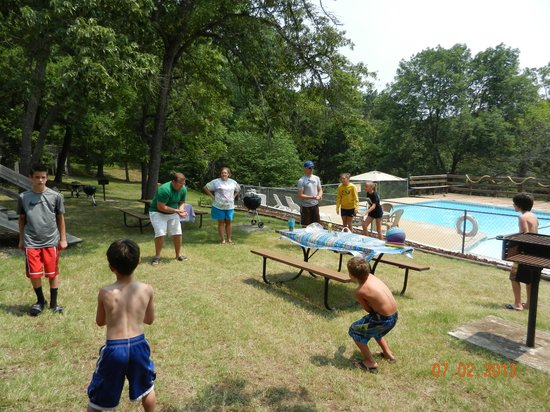 Lunker Landing Resort: games by the pool