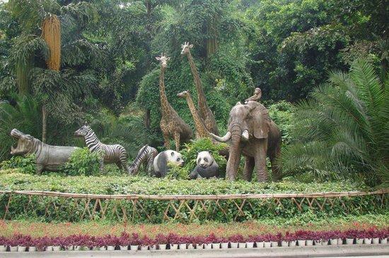 Chongqing Zoo (Chongqing Dongwuyuan): Zoo Entrance figures