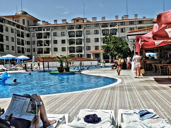 Serenity Bay: Pool-område med udsigt mod hotellet