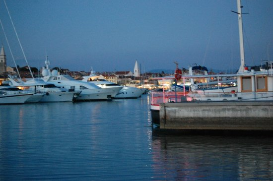 Belvedere Hotels : Harbor in the evening