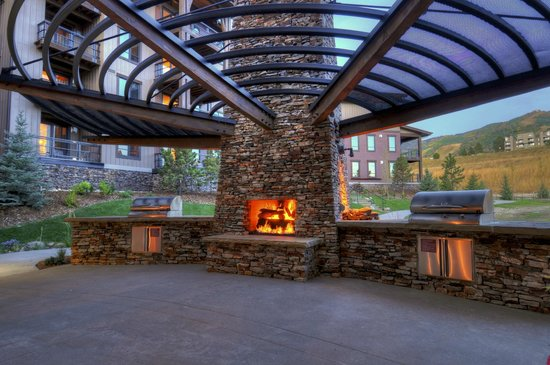 Trailhead Lodge: Firepit & BBQ Grill Area