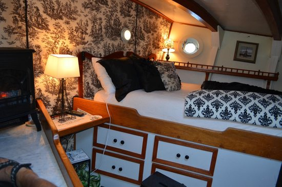 Wharfside Bed and Breakfast Aboard the Slowseason : Forward State Room