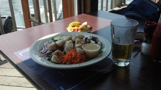 Landfall Restaurant: Salad with scallops!