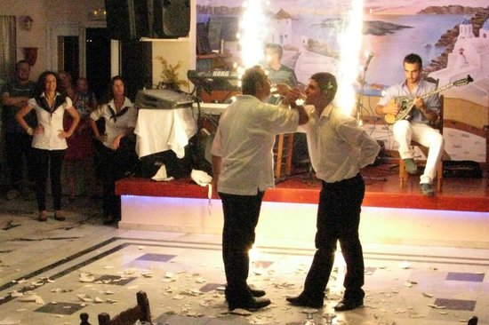 Dimitris Villas: Scene from the Greek night entertainment