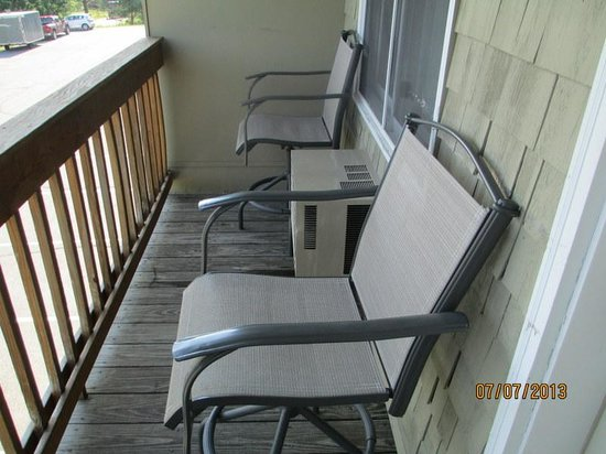 Belfast Harbor Inn: Nice Deck with Great Chairs