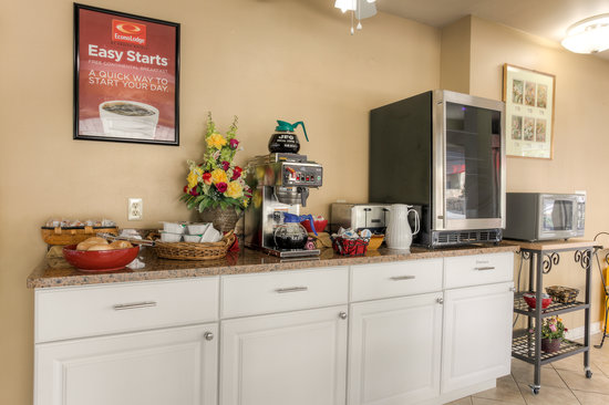Econo Lodge Belle Aire Hotel : Continental breakfast