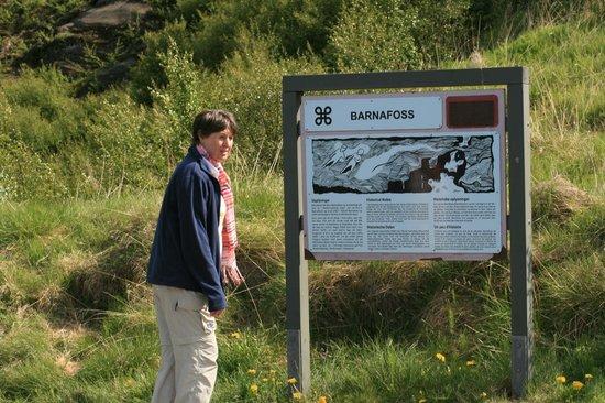 Hraunfossar: Mit einer Schautafel und den notwenigen Erklärungen