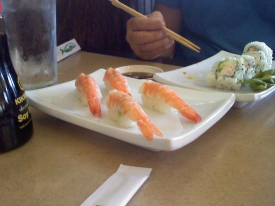 Toshi's Sushi : shrimp nigiri and CA roll