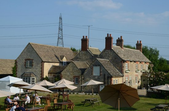 The Trout at Tadpole Bridge: Trout Inn - grounds, restaurant and rooms