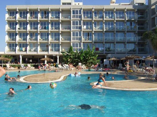 Pernera Beach Hotel: pool area