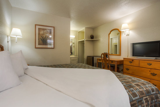 Econo Lodge Belle Aire Hotel: Guest King room