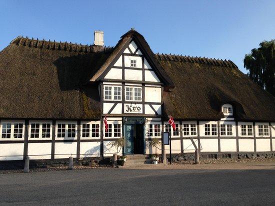 Restaurant - Vester Skerninge Kro: Kroen en dejlig sommerdag.