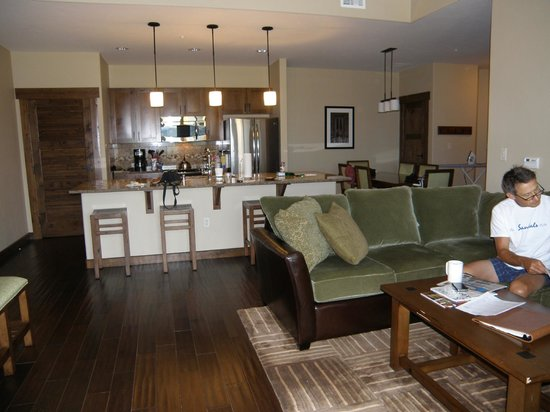 Trailhead Lodge: Spacious kitchen, dinning and family area.