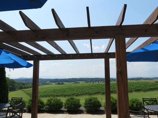 Barren Ridge Vineyards : Deck with a beautiful view of the valley