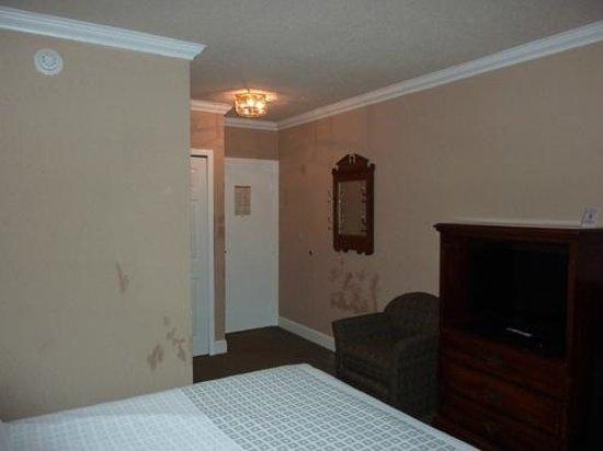 The Aurora Inn Hotel & Event Center : hotel room - still needs some cosmetic work