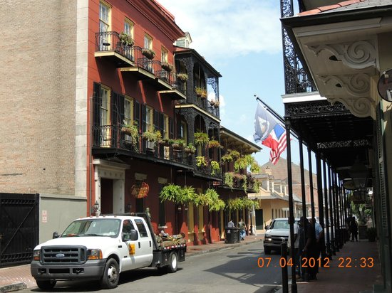Olivier House Hotel : View of Olivier House from Bourbon St