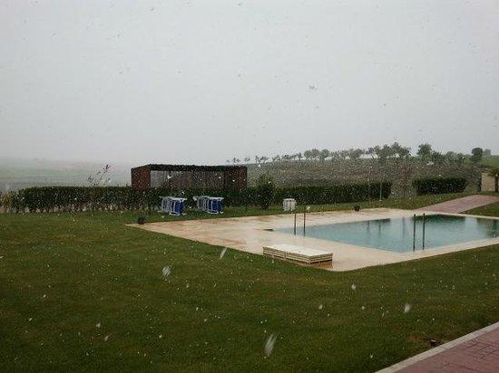 Finca La Estacada: Piscina (nevando a pesar de ser finales de abril)