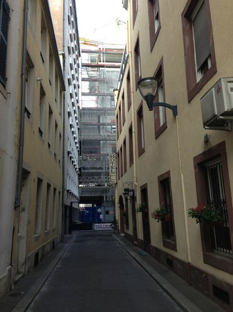 Couvent des Franciscains: Entrance to the hotel (hotel is on the right)